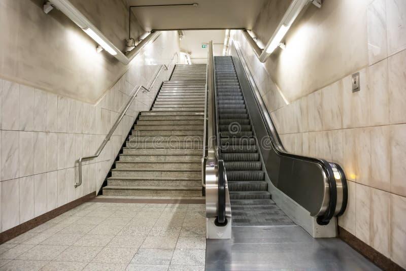 Grecia, Atenas Escaleras m?viles y escalera el?ctricas en una estaci?n de metro en el centro de ciudad fotos de archivo libres de regalías