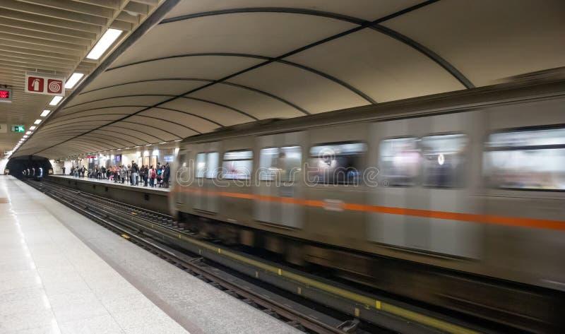 Grecia, Atenas Estaci?n de metro en el centro de ciudad Tren en el movimiento que incorpora la estaci?n imagen de archivo libre de regalías