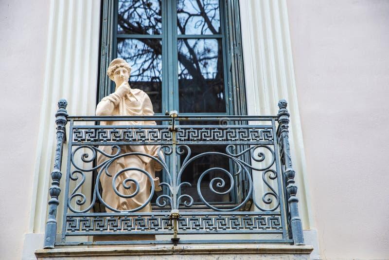 Grecia: balcone classico con una statua ad Atene immagini stock libere da diritti