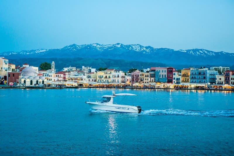 Grecia, Creta, opinión de Chania Xania al puerto y al barco en azul imagenes de archivo