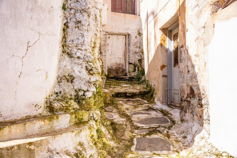 Grecia, isla de Kea Calle estrecha de la ciudad de Ioulis con las escaleras y los edificios tradicionales foto de archivo
