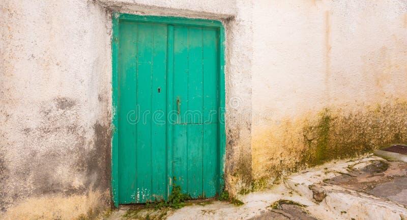 Grecia, isla de Kea Puerta de madera tradicional en la pared de piedra blanqueada en el capital de Ioulis foto de archivo