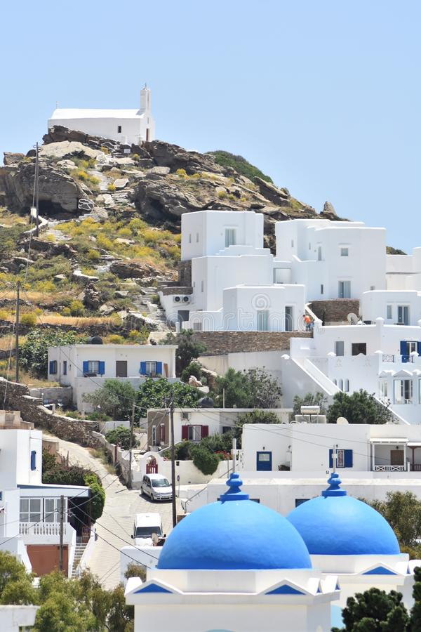 Grecia, la isla del IOS en la cadena de Cícladas En el pueblo viejo El campanario de una iglesia vieja tradicional imagen de archivo