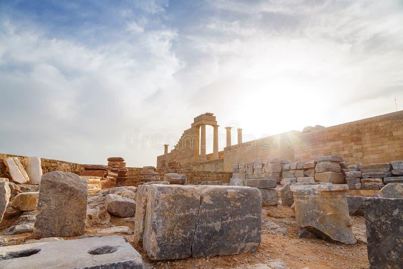 Grecia rhodes Acrópolis de Lindos Columnas dóricas el templo antiguo Athena Lindia el siglo IV A.C. y el St de la bahía fotos de archivo