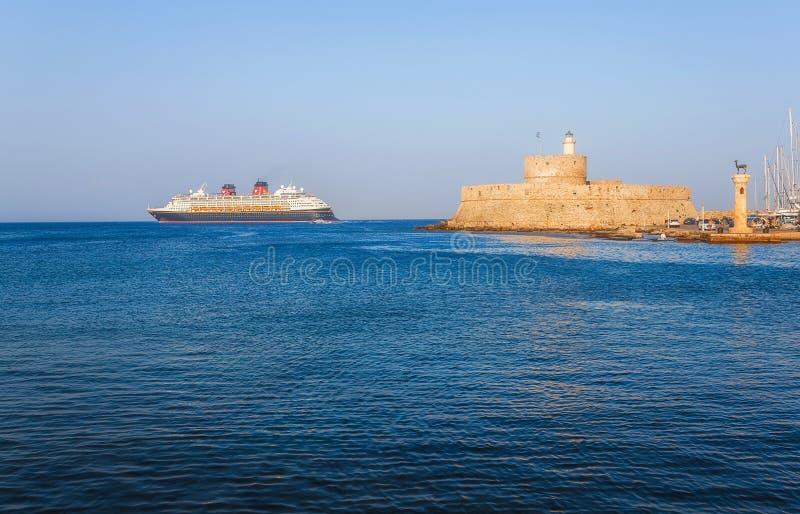 Grecia, Rodas - 19 de julio barco de cruceros en el fondo de la fortaleza de San Nicolás el 19 de julio de 2014 en Rodas, Grecia imagen de archivo libre de regalías