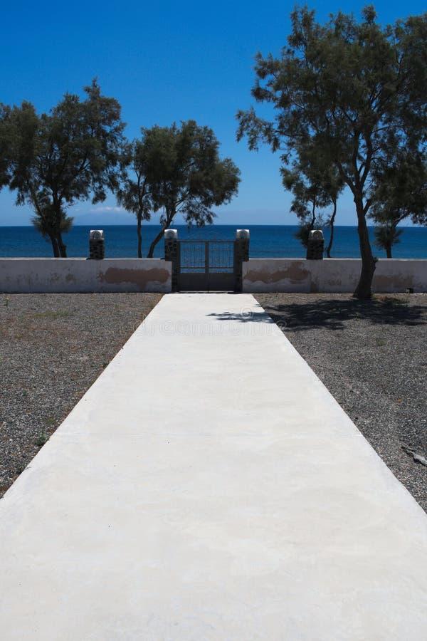 Grecia, Santorini Una trayectoria que lleva a la playa fotos de archivo