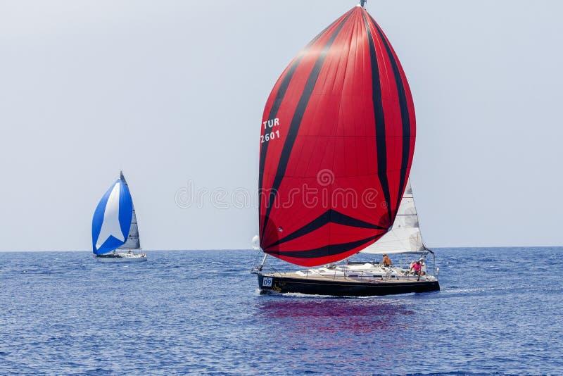 Grecia, Tilos, 07 24 2015 Barcos de navegación en el mar fotografía de archivo