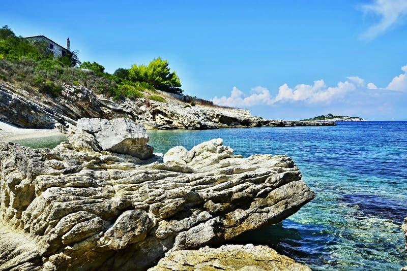 Grecia, - vista de la isla Panaghia y playa ocultada fotos de archivo