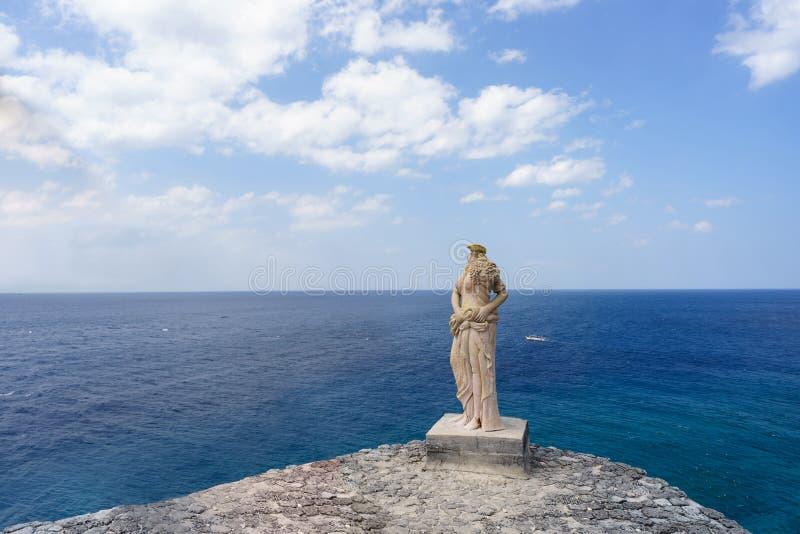 Grecianstandbeeld aan klippenkant in Fortuineiland royalty-vrije stock foto
