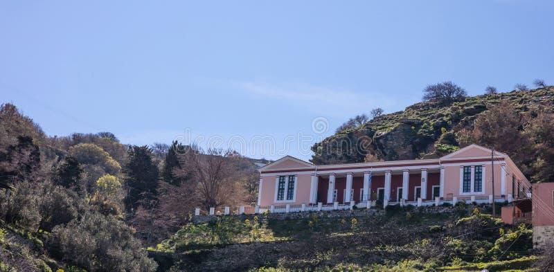 Grecja, Kea wyspa Stara szkoła państwowa, neoklasyczny budynek na nad wzgórze obrazy stock