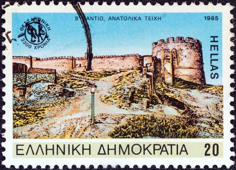 GRECJA - OKOŁO 1985: Znaczek drukujący w Grecja pokazuje Saloniki wschodnim ścianom Bizantyjskiego okres około 1985, fotografia royalty free