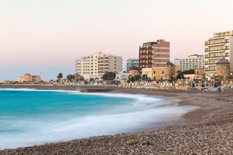 Grecja Rhodes, Lipiec, - 16: Miastowa plaża w wieczór na Lipu 16, 2014 w Rhodes, Grecja zdjęcie stock