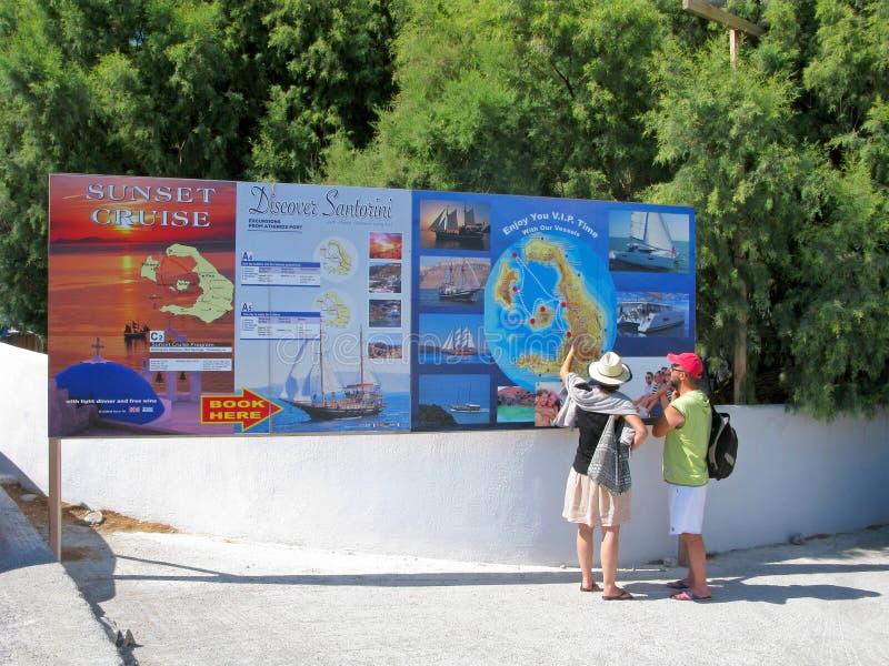 Grecja, Santorini, turyści, billboard, wysyła rejsy fotografia royalty free