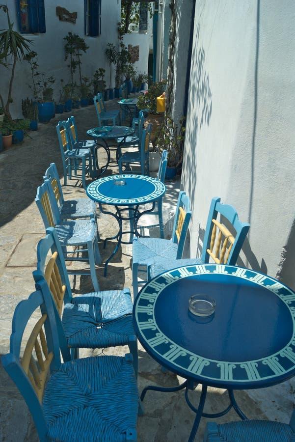 Grecja, stoły na zewnątrz kawiarni w Chora na wyspie Amorgos obrazy stock