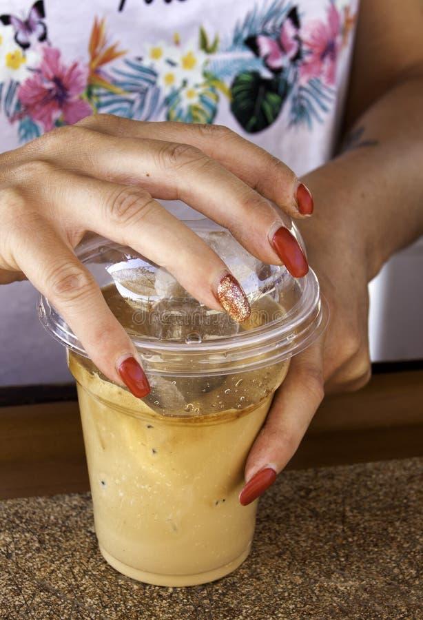 Grecka natychmiastowa frappe kawa z lodowym przygotowywającym słuzyć obrazy stock