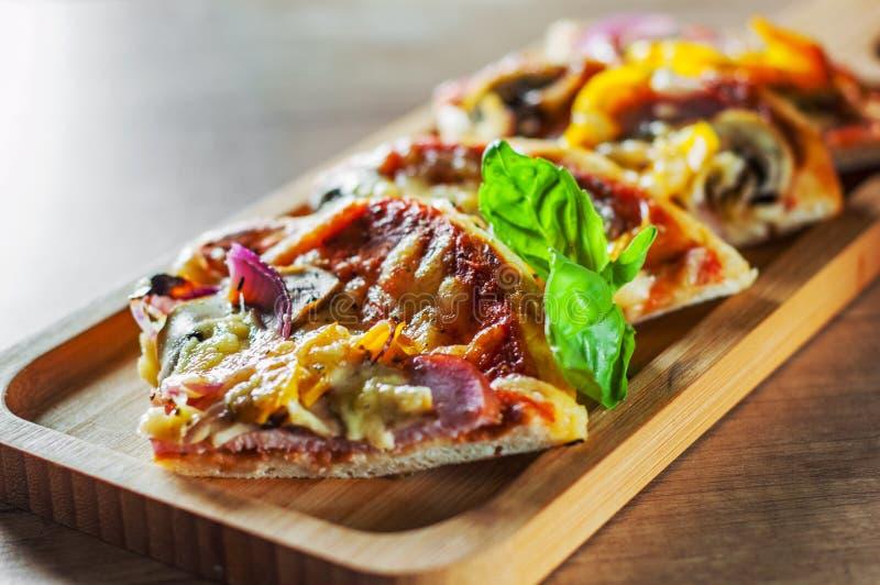 Grecka pizza z pieczarkami, baleron, ser, cebule, pieprz zdjęcia stock