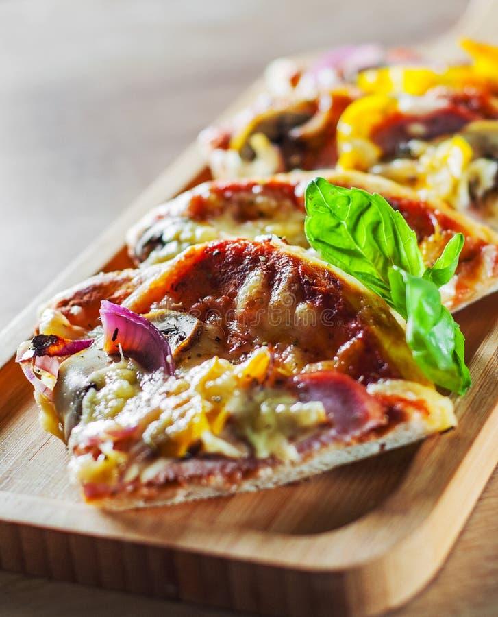 Grecka pizza z pieczarkami, baleron, ser, cebule, pieprz fotografia stock
