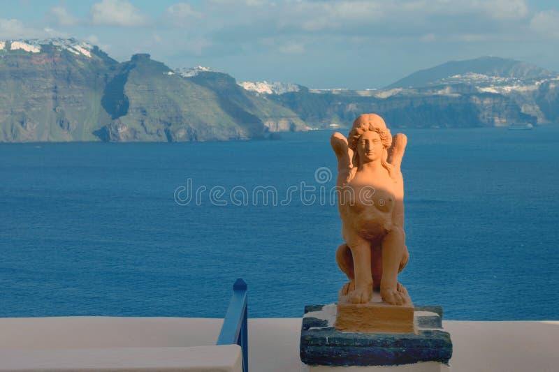 Grecka rzeźba sfinks na wyspie Santorini na tle morze zdjęcia stock