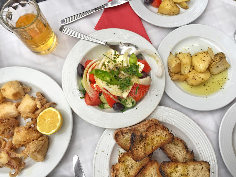 Grecka sałatka i zakąski na stole obraz royalty free
