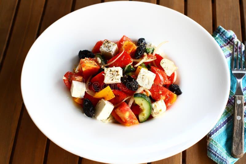 Grecka sałatka na białym talerzu, horiatiki salata obraz royalty free