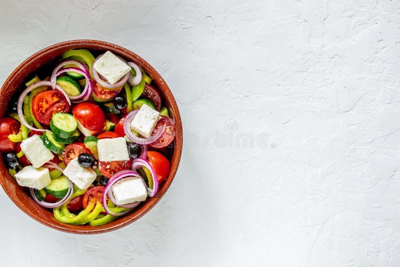 Grecka sałatka na konkretnym tle Pomidory, papryka, oliwki, ser, cebula Zdrowe jedzenie Dieta Żywność roślinna obraz royalty free