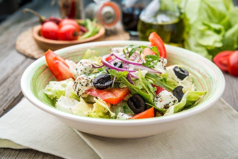 Grecka sałatka z świeżymi warzywami, feta ser zdjęcia stock