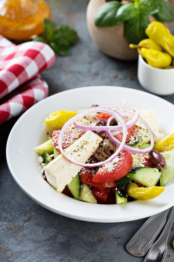 Grecka sałatka z świeżymi warzywami i feta obraz royalty free