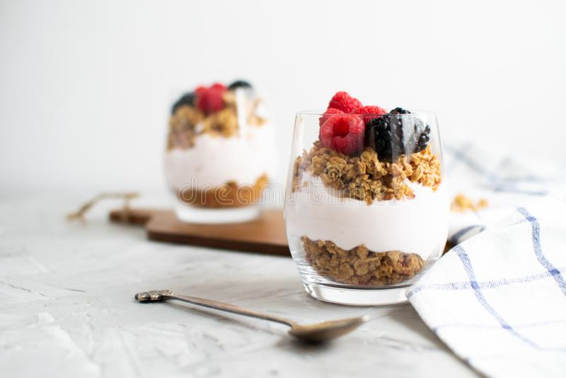 Grecki jogurt z Domowej roboty Granola, jagodami, malinkami i czernicy Zdrowym śniadaniem, obraz royalty free