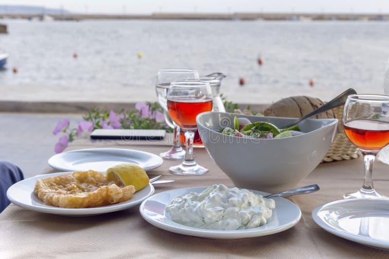 Greckie zakąski na stole w ulicznej tawernie obraz stock