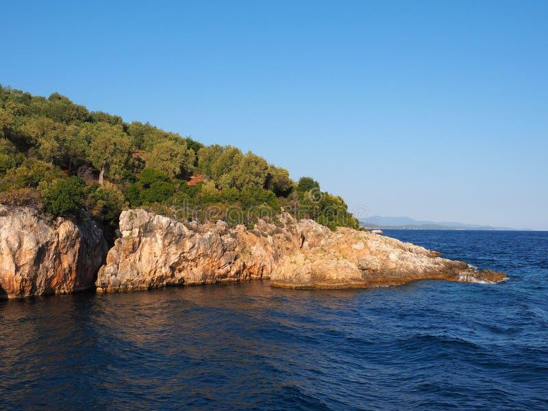 Greckiej wyspy Skalisty wychód w oceanie obraz royalty free