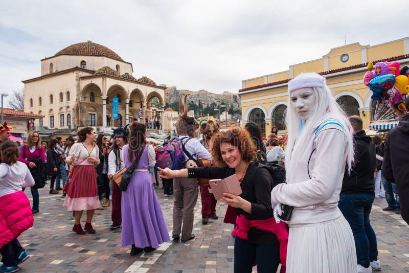 Grecs célébrant le carnaval à la place de Monastiraki à Athènes images libres de droits