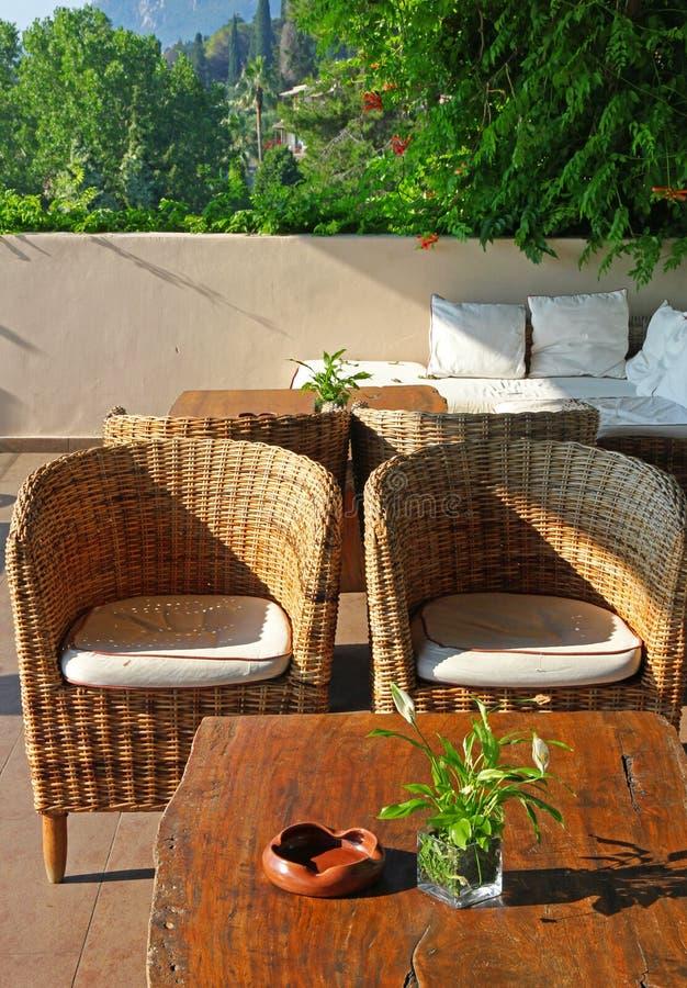 Greece corfu Um café ao ar livre com tabela e cadeiras imagens de stock