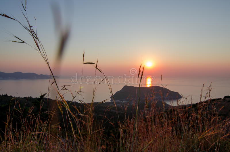 Greece Ilhas Ionian - Cephalonia Kefalonia Por do sol de Asos imagem de stock