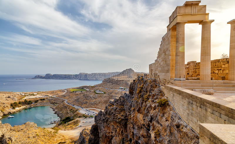 Greece rhodes Acropolis de Lindos Colunas dóricos do templo antigo de Athena Lindia o século IV BC e a baía de foto de stock royalty free