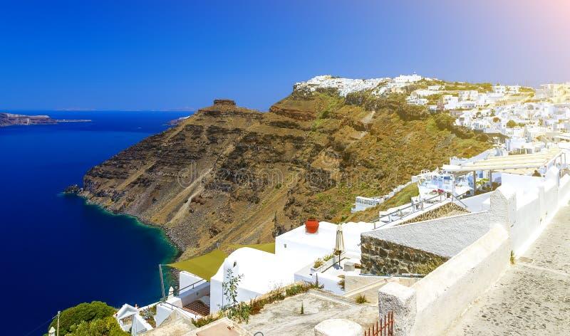 greece santorini Fantastisk sikt från berömd solnedgångpunkt på ön i det Aegean havet - Santorini över den Oia - Ia byn på lutnin arkivbild