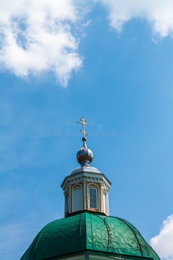 Green Dome eines christlichen Tempels mit einem Kreuz gegen das blaue s lizenzfreie stockfotos