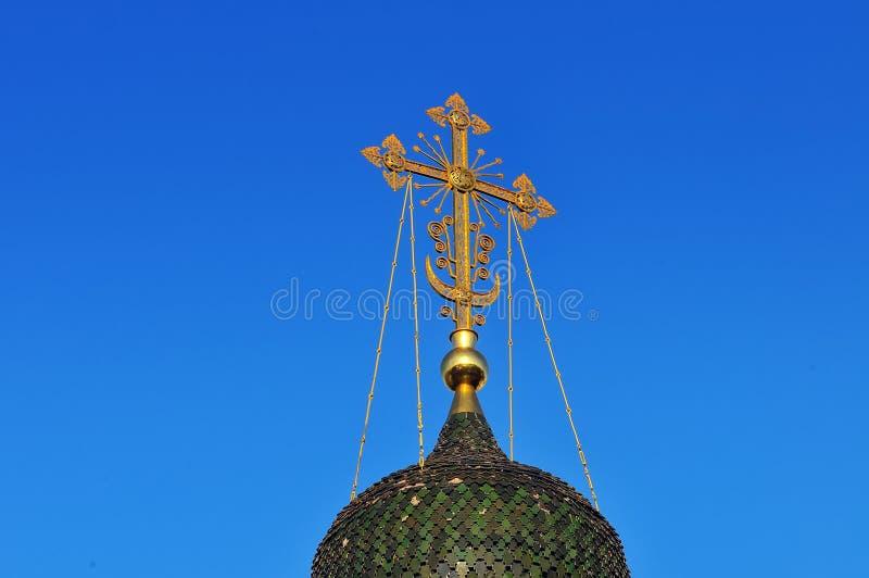 Green Dome et croix dorée de l'église orthodoxe russe photos stock