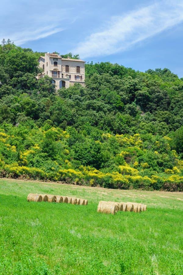 Green Farmland, campo nel paese di provenienza, con una fattoria bianca sulla collina, Francia immagini stock libere da diritti