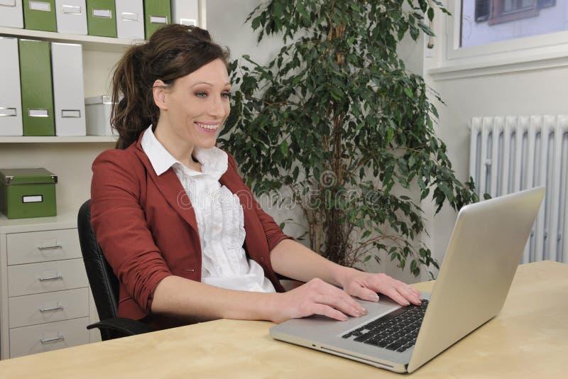Green kontoret: affärskvinnaworking royaltyfri bild