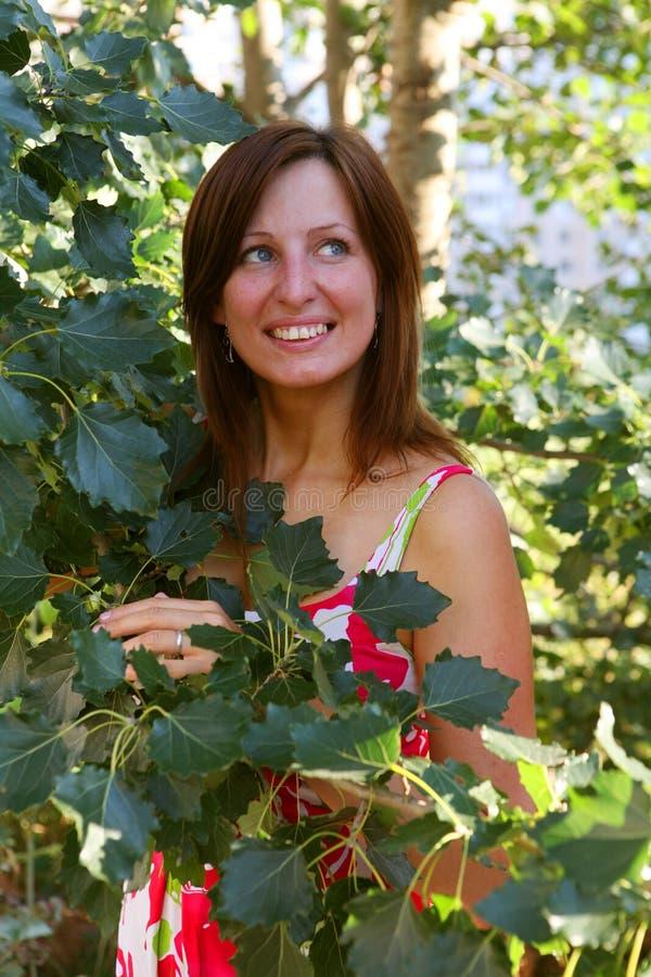 green låter vara utomhus under kvinna royaltyfria foton