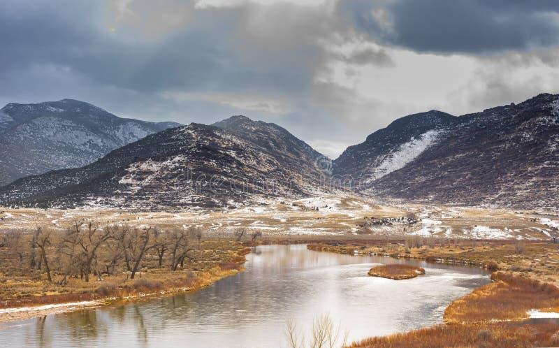 Green River en los marrones parque, escena del invierno de Colorado imagen de archivo