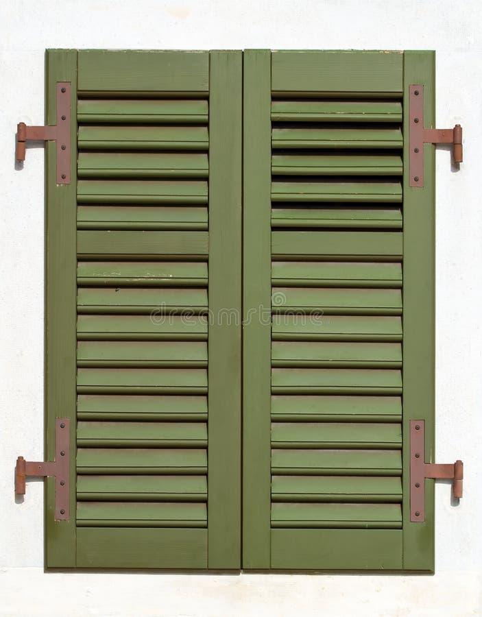 green shutters fönstret arkivfoto