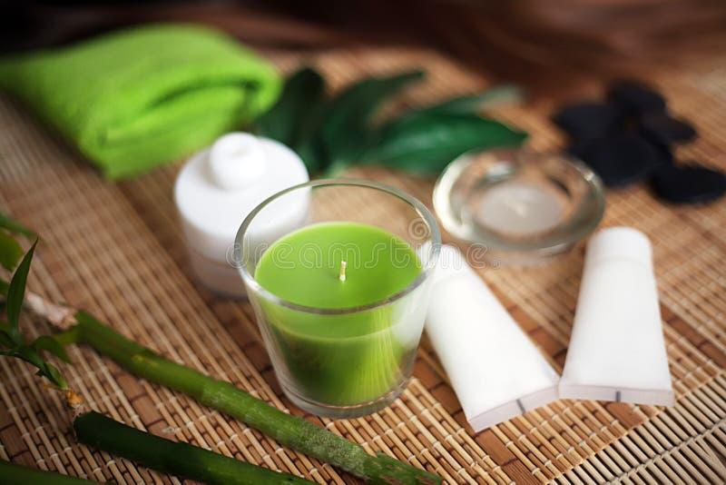 Green Spa hulpmiddelen met kaars en handdoek op hout royalty-vrije stock afbeeldingen
