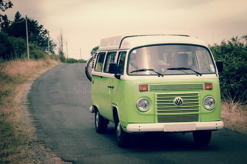 Green and White Volkswagen Combi royalty-vrije stock afbeelding