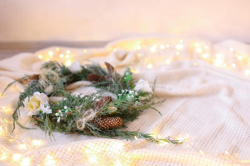 Green wreath with garlands in background fotografie stock