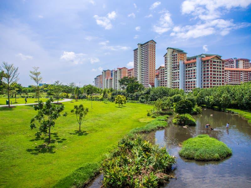 Greenery parkuje z rzeką w miastowego środowiska krajobrazie obrazy stock