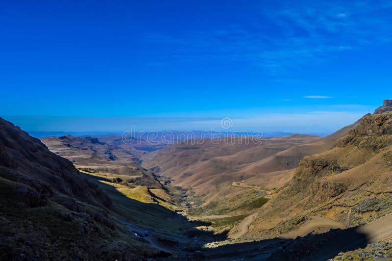 Greenery w Sani przechodzi pod niebieskim niebem blisko Lesotho Południowa Afryka b zdjęcie stock