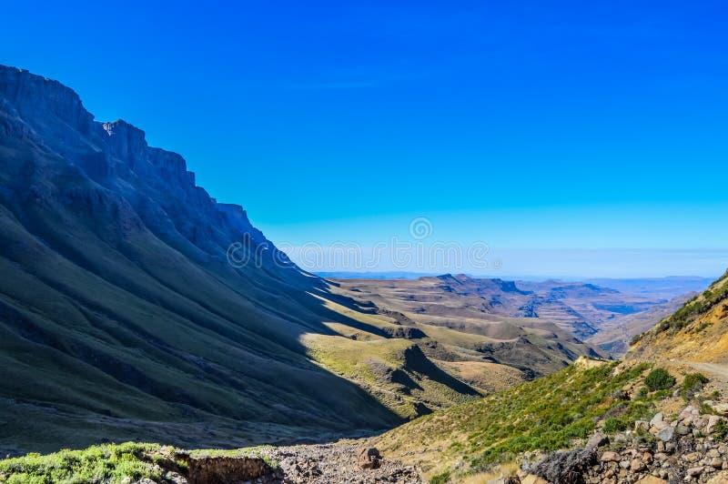 Greenery w Sani przechodzi pod niebieskim niebem blisko Lesotho Południowa Afryka b obraz royalty free