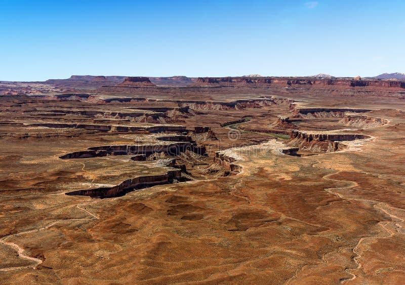 Greenet River klipper ett ärr in i det steniga landskapet av den Canyonlands nationalparken royaltyfri bild