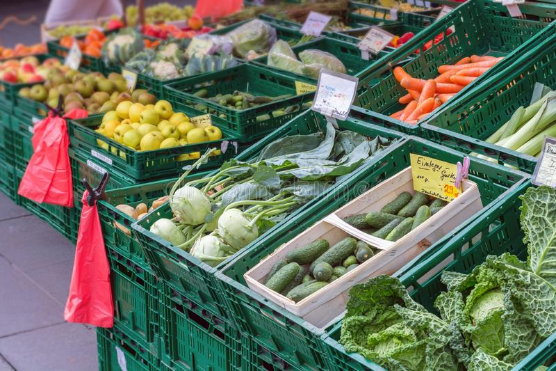 Greengrocer σε μια αγορά στοκ φωτογραφία